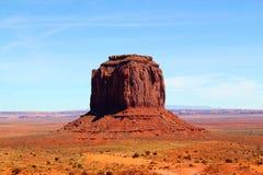 Όμορφη ημέρα στην κοιλάδα μνημείων στα σύνορα μεταξύ της Αριζόνα και Γιούτα στις Ηνωμένες Πολιτείες - το Merrick Butte στοκ εικόνες