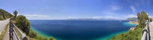 Όμορφη θάλασσα του ελληνικού θερέτρου SPA Loutra Edipsou στο νησί της Εύβοιας Euboea, Ελλάδα μια ηλιόλουστη ημέρα στο Αιγαίο πέλα στοκ εικόνα