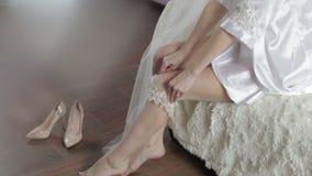 Όμορφη και καλή νύφη στην εσθήτα νύχτας Φόρεμα επάνω garter στο πόδι Γαμήλιο πρωί Αρκετά και καλά-καλλωπισμένη γυναίκα Αργό mot απόθεμα βίντεο