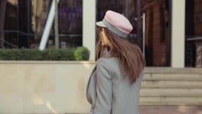 όμορφη καυκάσια γυναίκα π& απόθεμα βίντεο