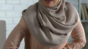 Όμορφη κυρία στο hijab που αισθάνεται τον αιχμηρό κοιλιακό πόνο, προεμμηνορροϊκό σύνδρομο, υγεία φιλμ μικρού μήκους