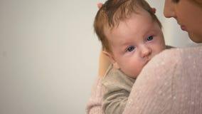 Όμορφη κυρία που βάζει το χαριτωμένο νυσταλέο νήπιο στον ύπνο, προσεκτική μητέρα, calmness απόθεμα βίντεο