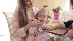 Όμορφη μητέρα με την κόρη που κάνει το διορισμό στο γιατρό απόθεμα βίντεο
