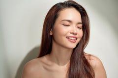 Όμορφη νέα γυναίκα που φαίνεται κάτω και που σκέφτεται με το διάστημα αντιγράφων Πρόσωπο πορτρέτου του ντροπαλού κοριτσιού brunet στοκ εικόνα
