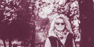 Όμορφη ξανθή νέα γυναίκα στα γυαλιά στο πάρκο φθινοπώρου στοκ εικόνα με δικαίωμα ελεύθερης χρήσης