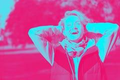Όμορφη ξανθή νέα γυναίκα στα γυαλιά στο πάρκο φθινοπώρου στοκ φωτογραφίες