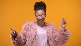 Όμορφη στήριξη έφηβη που χορεύει στη λέσχη νύχτας, που απολαμβάνει το Σαββατοκύριακο, πρότυπο απόθεμα βίντεο