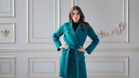 Όμορφη τοποθέτηση παλτών φθινοπώρου μόδας πρότυπη παρουσιάζοντας καθιερώνουσα τη μόδα στο σύγχρονο στούντιο πολυτέλειας απόθεμα βίντεο