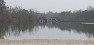 Όμορφη χειμερινή λίμνη με το σπίτι βαρκών στοκ φωτογραφία με δικαίωμα ελεύθερης χρήσης