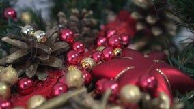 Όμορφοι κλάδοι έλατου Χριστουγέννων με τις διακοσμήσεις απόθεμα βίντεο