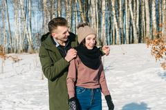 Όμορφοι νέοι ερωτευμένοι περίπατοι και γέλια ζευγών σε ένα πάρκο μια σαφή ηλιόλουστη χειμερινή ημέρα στοκ εικόνες