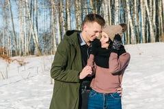 Όμορφοι νέοι ερωτευμένοι περίπατοι και γέλια ζευγών σε ένα πάρκο μια σαφή ηλιόλουστη χειμερινή ημέρα στοκ φωτογραφίες