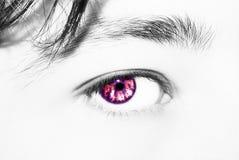 Όμορφος ένας οξυδερκής φαίνεται μάτι ατόμων ` s Κλείστε αυξημένος στοκ εικόνες