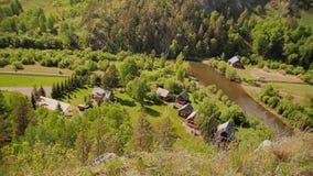 Όμορφο αλπικό τοπίο Στο πόδι του βουνού μπορείτε να δείτε το χωριό απόθεμα βίντεο