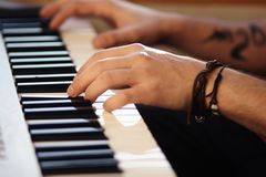 Όμορφο αρσενικό παιχνίδι χεριών στο σύγχρονο συνθέτη στοκ εικόνες