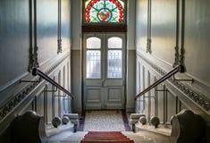 Όμορφο εσωτερικό της οικοδόμησης της εισόδου με το μολυβδούχο πλακάκι στοκ φωτογραφία