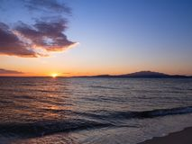 Όμορφο ηλιοβασίλεμα στις παραλίες της Καβάλας, Ελλάδα στοκ εικόνα