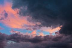Όμορφο ηλιοβασίλεμα πίσω από τη θύελλα στοκ εικόνες με δικαίωμα ελεύθερης χρήσης