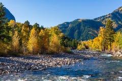 Όμορφο και ζωηρόχρωμο τοπίο φθινοπώρου βουνών του Κολοράντο δύσκολο Ο ποταμός κρυστάλλου στοκ εικόνα