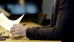 Όμορφο καυκάσιο ανώτερο CEO που λειτουργεί τις προχωρημένες ώρες φιλμ μικρού μήκους