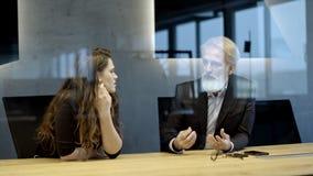 Όμορφο καυκάσιο ανώτερο CEO που λειτουργεί τις προχωρημένες ώρες απόθεμα βίντεο