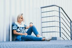 Όμορφο κορίτσι εικόνας με την κοντή άσπρη τρίχα Ντυμένος στα τζιν στο αστικό ύφος τοποθετήστε το κείμενο στοκ εικόνα