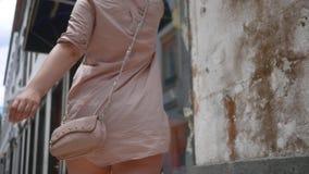 Όμορφο κορίτσι στις περιστροφές και τους περιπάτους φορεμάτων μέσω των παλαιών στενών οδών απόθεμα βίντεο