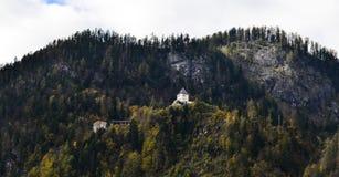 Όμορφο κτήριο στο βουνό στο φθινόπωρο στοκ φωτογραφίες με δικαίωμα ελεύθερης χρήσης