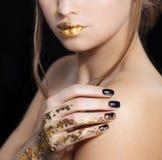 Όμορφο μόδας πορτρέτο προσώπου γυναικών πρότυπο με το χρυσό κραγιόν και τα μαύρα καρφιά Κορίτσι γοητείας με το φωτεινό makeup _ στοκ εικόνα