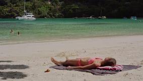 Όμορφο να βρεθεί νέων κοριτσιών στην άμμο στην παραλία κάνει ηλιοθεραπεία, θερινό ηλιόλουστο ημερησίως απόθεμα βίντεο