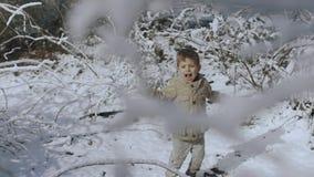 Όμορφο ξανθό μικρό παιδί στο χειμερινό δασικό άλμα HD απόθεμα βίντεο
