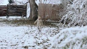 Όμορφο ξανθό μικρό παιδί στο χειμερινό δασικό τρέξιμο HD απόθεμα βίντεο