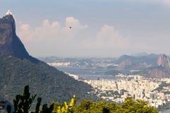 Όμορφο τοπίο με το τροπικό δάσος, τη περιοχή πόλης Leblon, Ipanema, Botafogo, Lagoon Rodrigo de Freitas και τα βουνά στοκ εικόνες