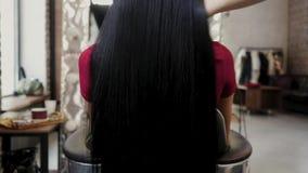 όμορφο τρίχωμα μακρύ Γυναίκα ομορφιάς με την πολυτελή ευθεία μαύρη τρίχα Προκλητικό πρότυπο κορίτσι brunette με την υγιή τρίχα κυ φιλμ μικρού μήκους