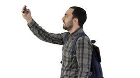 Όμορφο φέρνοντας σακίδιο πλάτης νεαρών άνδρων και λήψη μιας εικόνας του στο άσπρο υπόβαθρο φιλμ μικρού μήκους