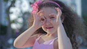 Όμορφο παιδί που κάνει τη μορφή καρδιών με τα χέρια στο ηλιοβασίλεμα, χαριτωμένο κορίτσι που κρατά ένα σύμβολο της αγάπης, που εξ απόθεμα βίντεο