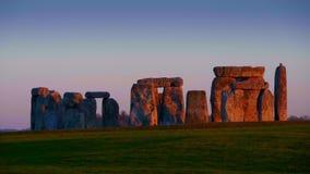 Όμορφο Stonehenge στην Αγγλία στο ηλιοβασίλεμα φιλμ μικρού μήκους