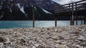 Όχθη της λίμνης αμμοχάλικου και προσγειωμένος σκηνική αλπική λίμνη βαρκών στοκ εικόνα με δικαίωμα ελεύθερης χρήσης