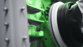 Όπλα επιστημόνων που λειτουργούν στο κενό κιβώτιο εργαστηρίων για την έρευνα των βιολογικών ουσιών φιλμ μικρού μήκους