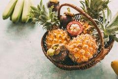 Ώριμα τροπικά φρούτα σε ένα καλάθι, ανανάδες, mangosteen στοκ φωτογραφία με δικαίωμα ελεύθερης χρήσης