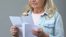 Ώριμη θηλυκή χειρόγραφη επιστολή ανοίγματος και ανάγνωσης, που αισθάνεταιες τις, κακές ειδήσεις απόθεμα βίντεο