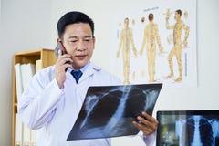 Ώριμος γιατρός που κρατά την των ακτίνων X εικόνα στοκ φωτογραφίες