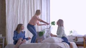 Σαββατοκύριακο διασκέδασης με τη μητέρα, οι εύθυμες κόρες κοριτσιών τραγουδούν και χορεύουν για Mom ενώ έχοντας την ψυχαγωγία δια φιλμ μικρού μήκους