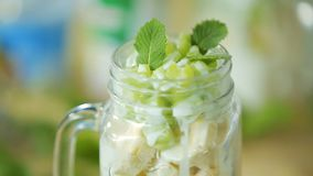 Σαλάτα φρούτων σε ένα φλυτζάνι glaas απόθεμα βίντεο