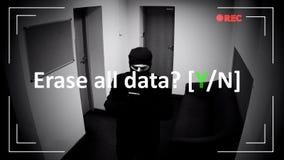 Σβήστε όλη την επιβεβαίωση στοιχείων των αρχείων CCTV, αρσενικός εγκληματίας διαγράφοντας τα στοιχεία στοκ εικόνες με δικαίωμα ελεύθερης χρήσης