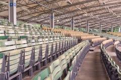 Σειρές των ξύλινων emty καθισμάτων στοκ εικόνες