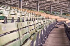 Σειρές των ξύλινων emty καθισμάτων στοκ φωτογραφία με δικαίωμα ελεύθερης χρήσης