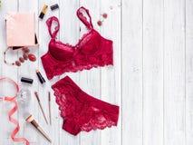 Σεξουαλικό κόκκινο lingerie γυναίκας που απομονώνεται στο άσπρο υπόβαθρο στοκ εικόνα