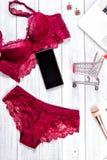 Σεξουαλικό κόκκινο lingerie γυναίκας που απομονώνεται στο άσπρο υπόβαθρο στοκ φωτογραφίες με δικαίωμα ελεύθερης χρήσης