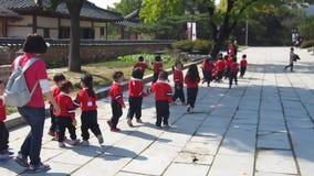 Σεούλ, Νότια Κορέα, τον Οκτώβριο του 2012: κορεατικά παιδιά παιδικών σταθμών στην εξόρμηση στο παλάτι Gyeongbokgung στη Σεούλ απόθεμα βίντεο